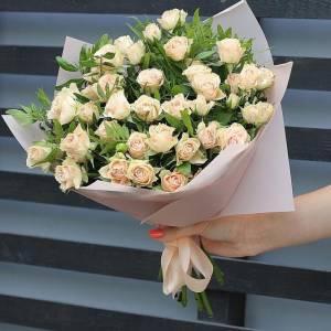 Букет 21 ветка кустовых роз с упаковкой R493