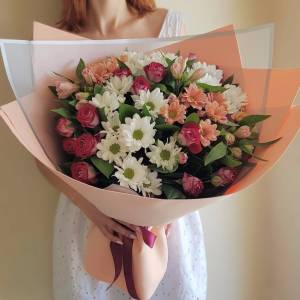 Букет хризантемы и кустовые розы с оформлением R1136