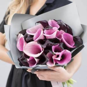 Букет 31 калла микс темные и розовые с оформлением R759