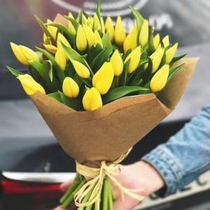 Букет 31 желтый тюльпан в крафте R972