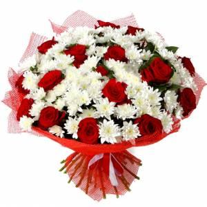 Букет хризантемы и красные розы с упаковкой R185